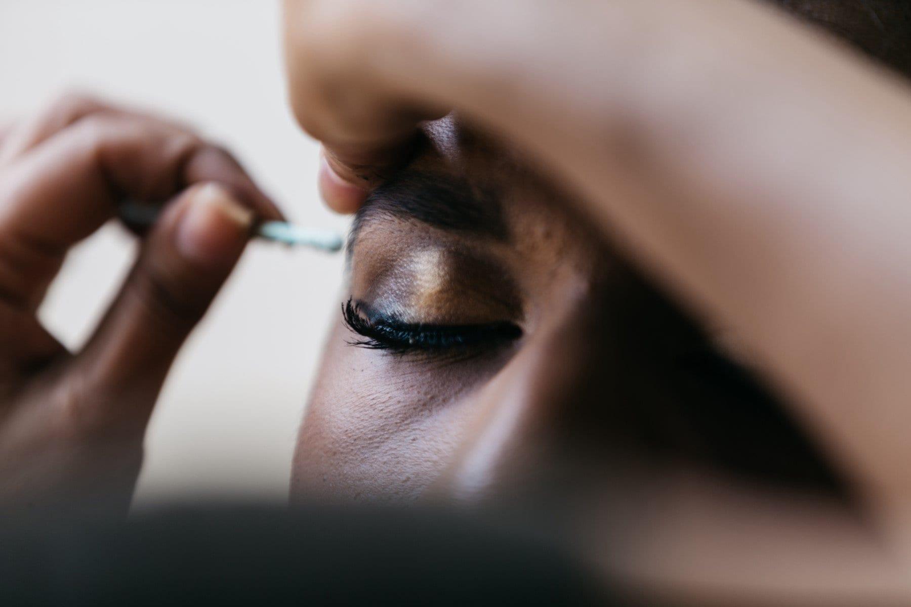 A drag putting makeup